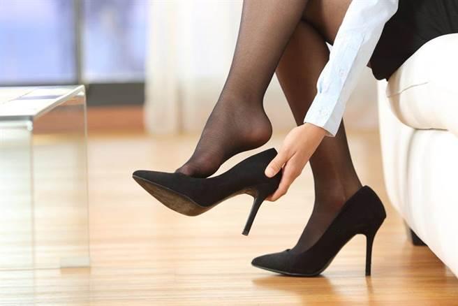 OL評比黑絲襪,並直接示範超性感穿絲襪方法,引起網友大暴動。(示意圖,非本新聞照片/Shutterstock)