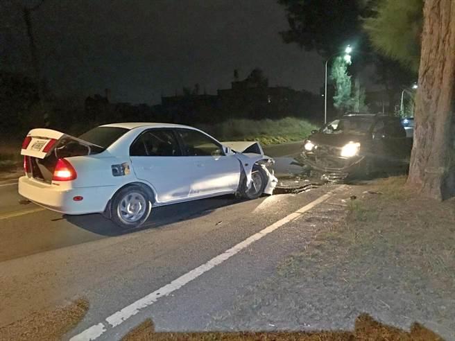 金門昨晚發生1起疑因違規逆向超車,與對向車子相撞的車禍,還好2名駕駛均輕傷無大礙。(金城分局提供)