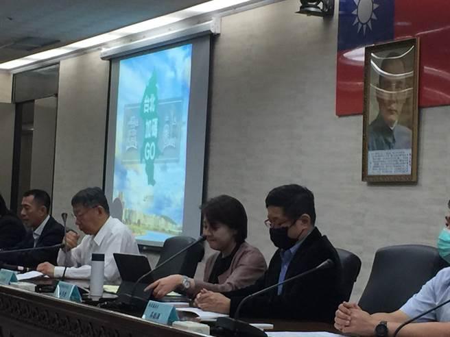 台北市長柯文哲24日宣布「台北加碼GO」活動,將千元補助團客、自由行旅客每人千元,限量各10萬名。(張立勳攝)