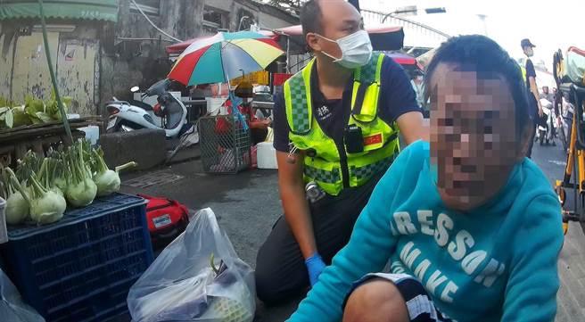 45歲男昏倒後,附近執勤的員警接獲報趕趕緊協助聯繫救護車到場。(台中市三分局提供/馮惠宜台中傳真)
