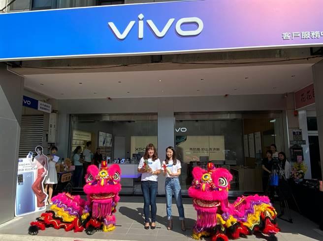 vivo結合售後服務的台中一中體驗店開幕。(黃慧雯攝)