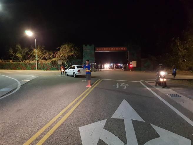 金門太湖營區門口路段今天清晨發生汽、機擦撞事故,全案由軍警調查處理中。(民眾提供)