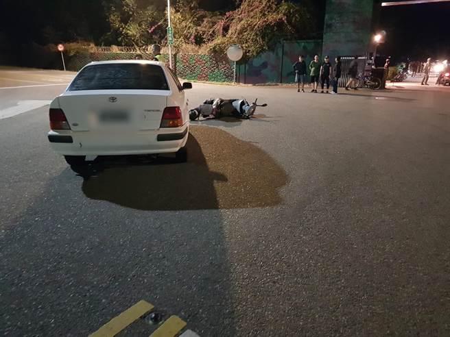金門太湖營區門口路段今天清晨發生車禍,騎機車離營休假的林姓上士遭民眾轎車擦撞,造成四肢多處擦傷及左手肘封閉式骨折。(民眾提供)