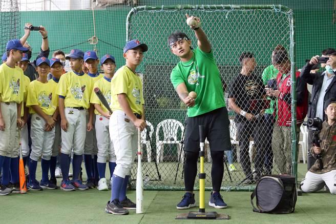 旅美球星林子偉(右)親自指導小球員。(陳麒全攝)