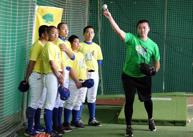 林子偉的好友鄧愷威(右)協助教小朋友。(陳麒全攝)