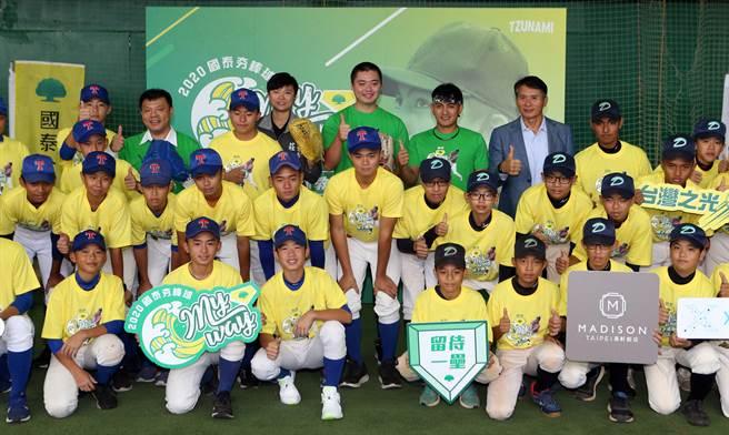 林子偉棒球精進教室來賓與全體成員大合照。(陳麒全攝)