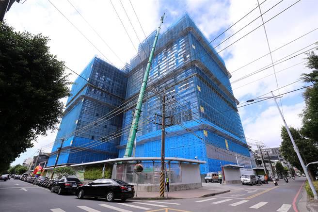 華南金融集團24日在新北市土城舉辦「華南銀行資訊大樓」暨「頂埔科技大樓」上樑典禮,完工後將成為公股金融機構第一個完成的自辦都市更新案。(黃世麒攝)