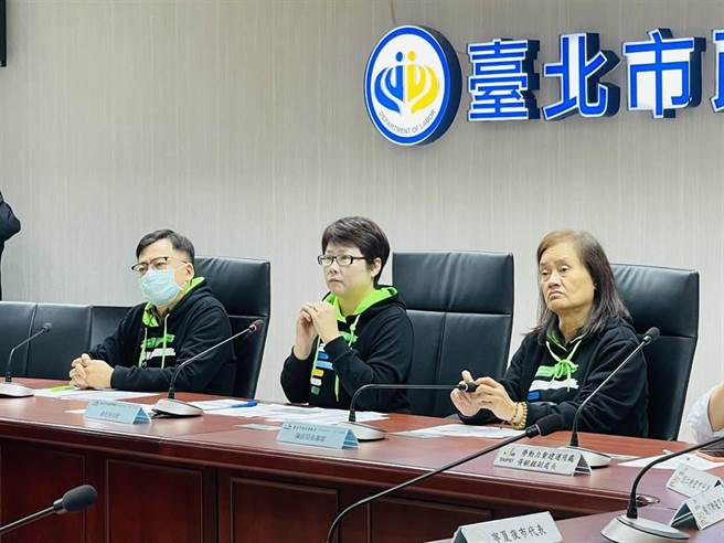北市勞動局長陳信瑜(中)24日表示,3年來裁處非法聘僱或容留外國人工作案件數逾千件,其中過半都是餐飲小吃店,將面臨15萬以上、75萬元以下罰鍰。(張穎齊攝)