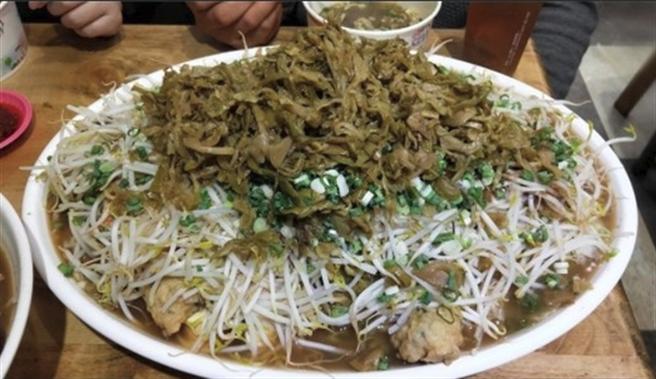 不少基隆當地人一眼就認出這是哪家滷味,並表示「豆芽菜酸菜多是很可怕的通關密碼....」。(翻攝自臉書基隆人)