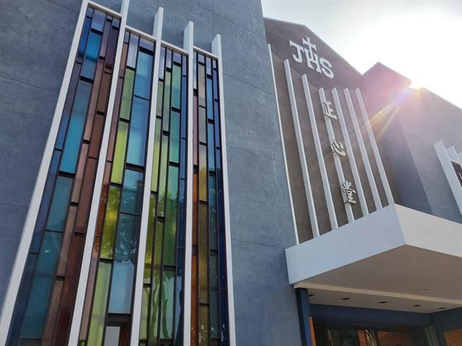 正心中學創校60年,使用48年的大禮堂「正心堂」,今年動工進行拉皮整修,彩色玻璃的大門洋溢著神聖感。(周麗蘭攝)