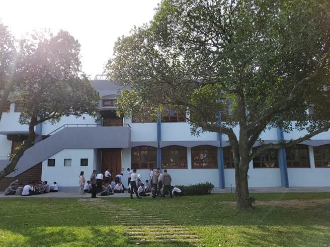 正心中學創校60年,校友記憶深刻的大禮堂「正心堂」使用48年,整修後維持可看到戶外風景。(周麗蘭攝)