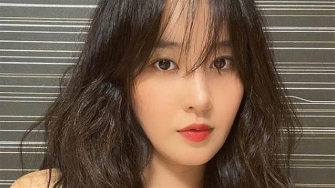 俞利公開雜誌側拍畫面,火辣的穿搭吸引粉絲的目光。(圖/IG@yulyulk )