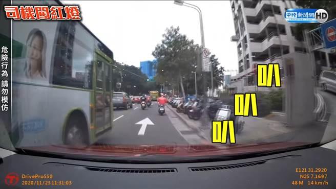 張姓駕駛向公車司機長按11秒警示喇叭。(照片/取自《台北之北投幫》社團)