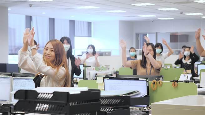 全球人壽為了帶動職場運動風氣、由健身指導員與職場護理師隨機突襲各部門帶動「5分鐘健身操」,讓同仁們工作之餘可好好舒展筋骨。(圖/全球人壽提供)