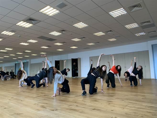 全球人壽MV熱舞社由同仁親自擔任指導老師,每周三中午與社員相約瑜珈教室練舞。(圖/全球人壽提供)