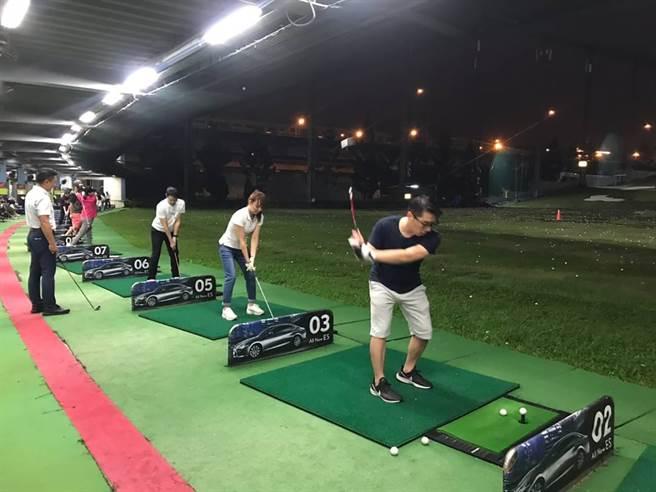 全球人壽高爾夫球社社員下班後相揪自主練習。(圖/全球人壽提供)