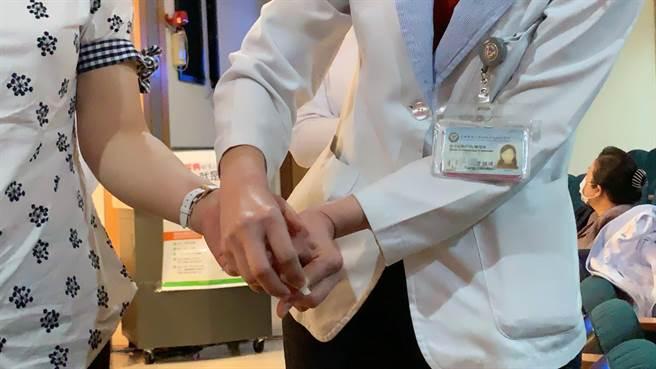 糖尿病人測試血糖就像吃飯一樣,但有些病人害怕指頭採血疼痛,沒有按時量測血糖。(柯宗緯攝)