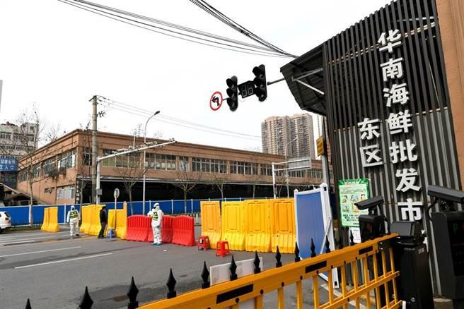 被大陸官方認為是新冠病毒疫情爆發點的武漢華南海鮮市場,在疫情爆發一年後,WHO終於獲得保證「盡快安排」前往調查。圖為武漢華南海鮮市場去年12月被封閉進行全面消毒。(圖/中新社)