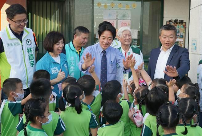 副總統賴清德24日參訪「家扶中心大里非營利幼兒園」與小朋友們擊掌。(黃國峰攝)