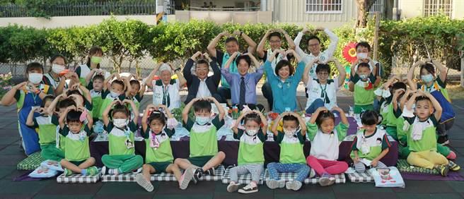 副總統賴清德24日參訪「家扶中心大里非營利幼兒園」與小朋友們合影時,齊比愛心。(黃國峰攝)