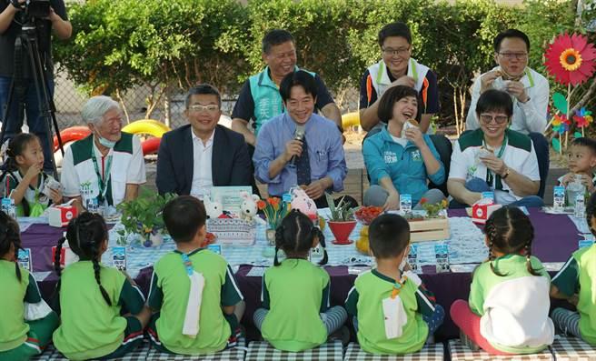 副總統賴清德24日參訪「家扶中心大里非營利幼兒園」與小朋友們用下午茶,並開放小朋友提問,童言童語的問答,逗得大人們樂開懷。(黃國峰攝)