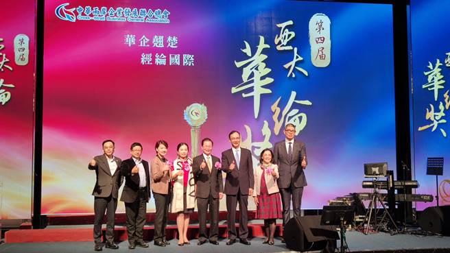 第四屆亞太華綸獎24日頒獎,包含台北市副市長黃珊珊(左3)、前新北市長朱立倫(右3)與財團法人青年發展基金會董事長連勝文(右1)等人與會。(圖:吳泓勳攝)