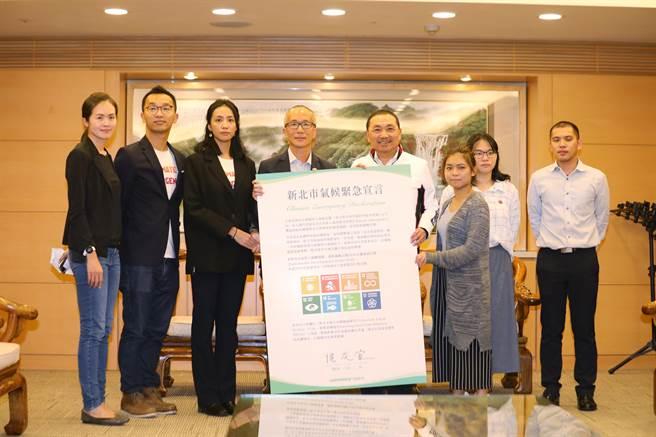 新北市長侯友宜24日簽署「氣候緊急宣言」,並提出5+5行動及策略展現新北市氣候改革決心。(葉德正攝)