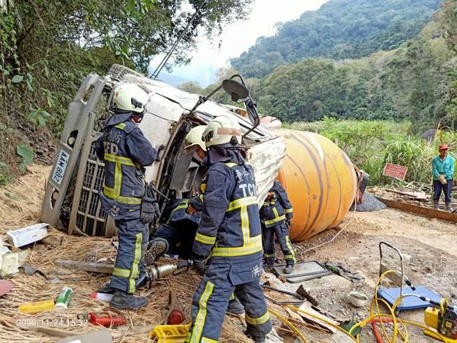 消防隊員使用破壞器材,施工包商支援2部怪手,歷經近4小時才順利救出混凝土車駕駛,(民眾提供/王文吉台中傳真)