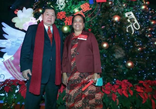 遠東集團董事長徐旭東(左)與諾魯共和國第一夫人英格麗雅辛塔安格明一起在「遠企耶誕樹」開心合影。(粘耿豪攝)