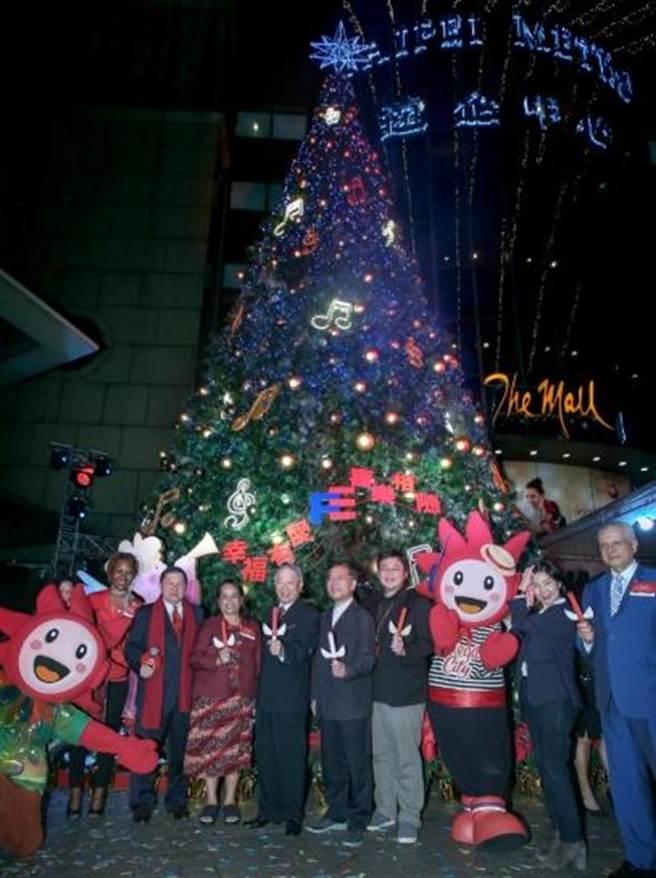 遠東集團董事長徐旭東(左3)昨晚邀嘉賓一起點亮「遠企耶誕樹」。(粘耿豪攝)