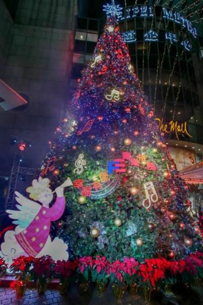 遠東集團「遠企耶誕樹」高40呎,用天使、金球及音符燈飾打造。(粘耿豪攝)