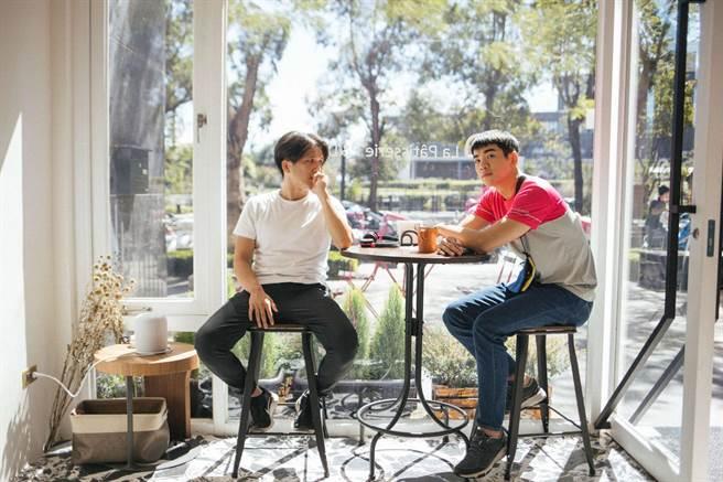 公視賀歲喜劇《白日夢外送王》由擅長動作片拍攝的洪子烜(左)執導,禾浩辰成了熱血外送員。(公視提供)