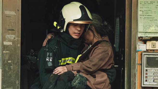 林柏宏從火場衝出手抱傷患畫面紛紛曝光。(公視提供)