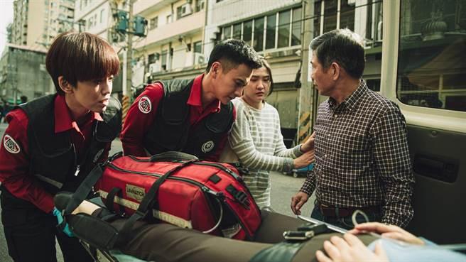 陳庭妮(左1)在《火神的眼淚》飾演劇中唯一的女消防員,與劉冠廷(左2)共同執行救護工作。(公視提供)