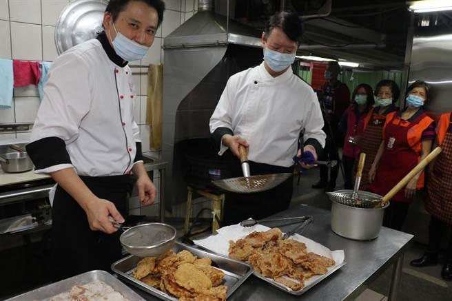 張騰峰(右)和陳建樺(左)兩位主廚專程到五股成州社區照顧關懷據點煮美食給長輩共餐(戴上容攝)