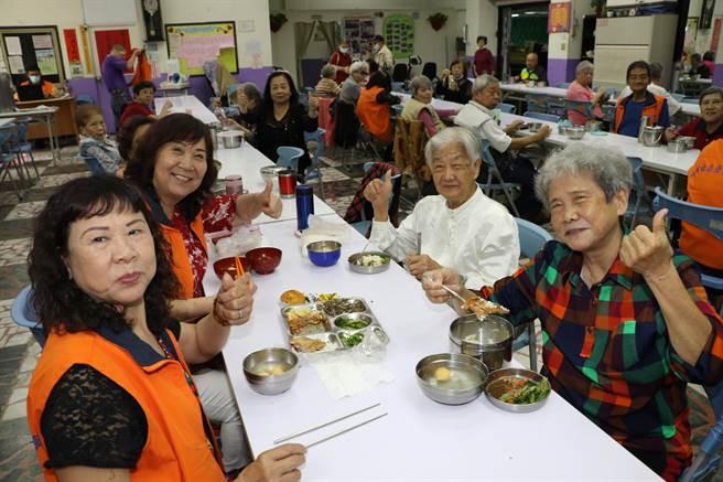 五股成州社區照顧關懷據點參加惜食共餐的長輩吃到大廚的炸豬排美食都稱讚(戴上容攝)