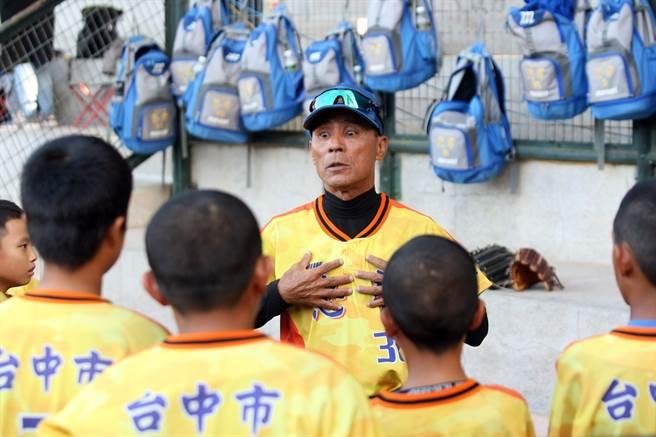 重光盃少棒賽忠孝總教練賴朝榮(面對鏡頭者)提醒小球員應注意的事項。(台北市棒球協會提供/廖德修台北傳真)
