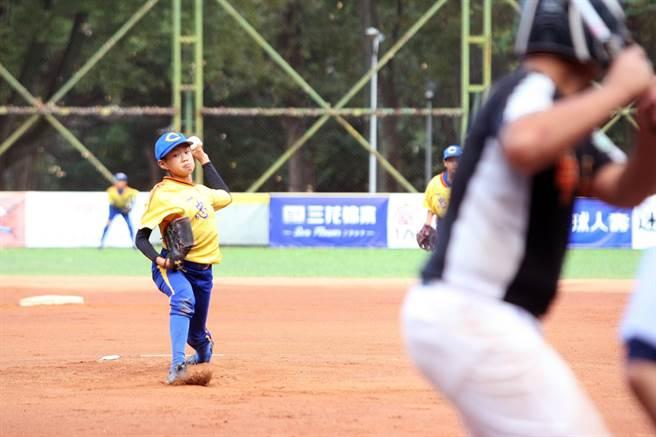重光盃少棒賽台中忠孝先發投手鄭右宏(左)投球。(台北市棒球協會提供/廖德修台北傳真)