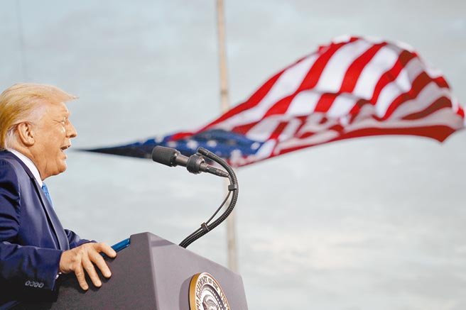 再退群!美國總統川普任期僅剩不到2個月,美國又退出了《開放天空條約》。圖為川普9月24日在佛州舉行造勢活動,看似川普吹皺了美國國旗!(路透)