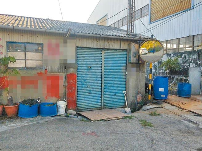 徐男在豐原三豐路廢棄老厝,屋外處處可見藍色塑膠桶。(陳淑娥攝)