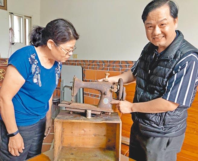 李金環(左)找上「針車達人」楊銘達(右),希望百年縫紉機可以再動起來。(李金生攝)