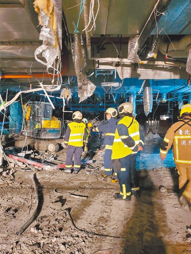 台北市京華城6月拆除工程發生意外,樓地板坍塌,壓死1名工人。警消花了7小時搜救,才將工人屍體抬出現場。(本報資料照片)