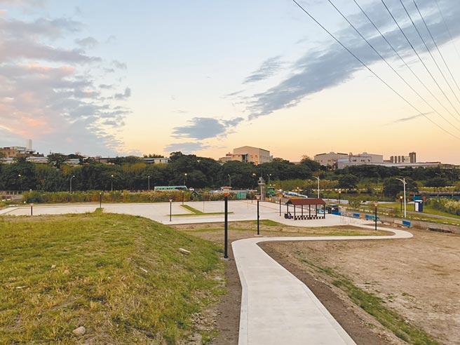 鶯歌山水步道旁原是未登入地,高灘處活化空間,設置停車場、大地遊戲場域等設施,希望吸引民眾駐足、打卡。(新北市高灘處提供/蔡雯如新北傳真)
