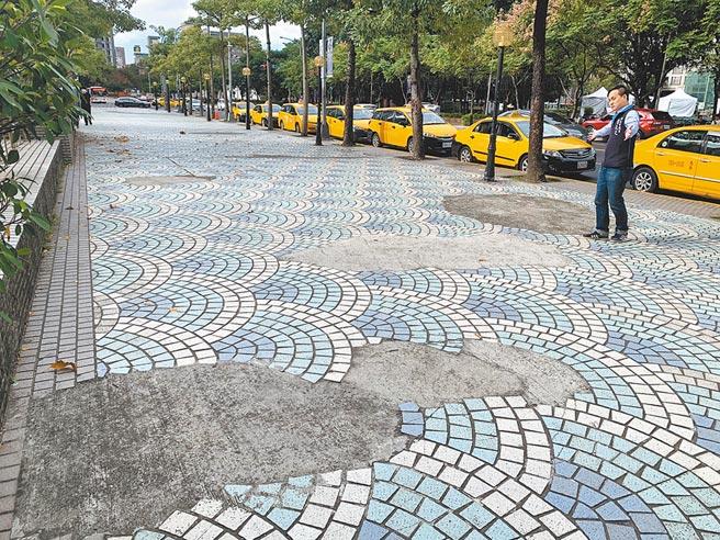 板橋車站北側人行道有10多處破損未修,議員葉元之批有損新北市顏面。(王揚傑攝)