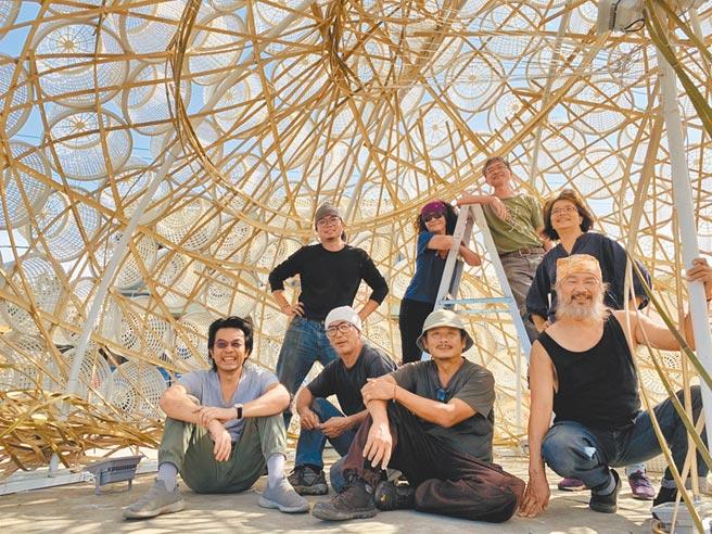 新竹市政府近日找來藝術團隊,在美山社區小漁村打造「共生螺旋」裝置藝術,傳達居民與海的共生關係。(陳育賢攝)