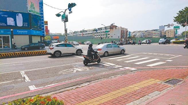 戴男遭依殺人未遂罪嫌移送台南地檢署,檢方改依傷害罪嫌無保飭回,他自行騎車回家。(程炳璋攝)