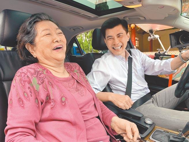 陳淑芳(左)成為新科金馬影后後,昨首日開工與新戲裡的兒子蘇炳憲對戲。(大愛電視台提供)