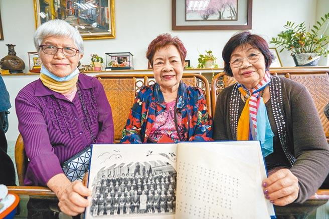 金馬影后陳淑芳的同學黃秀金(左起)、李淑慧、廖惠貞昨返回母校蘭陽女中翻閱畢業紀念冊話當年。(李忠一攝)