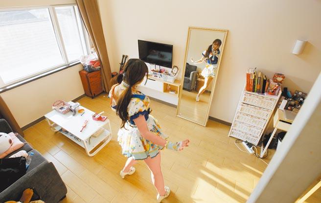 住在上海魔方公寓的「獨聯派」在房間練舞。(新華社資料照片)
