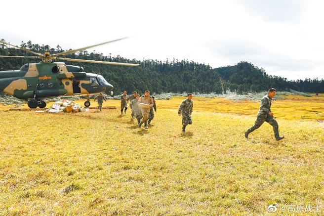 解放軍西藏軍區以直升機運送物資補給。(取自西藏軍區官方微博@高原戰士)